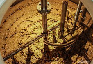 Konečná fáza scedzovania – ostáva nám v nádobe mlato, vhodné na skŕmenie