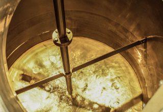 Napúšťanie teplej vody do varnej nádoby.