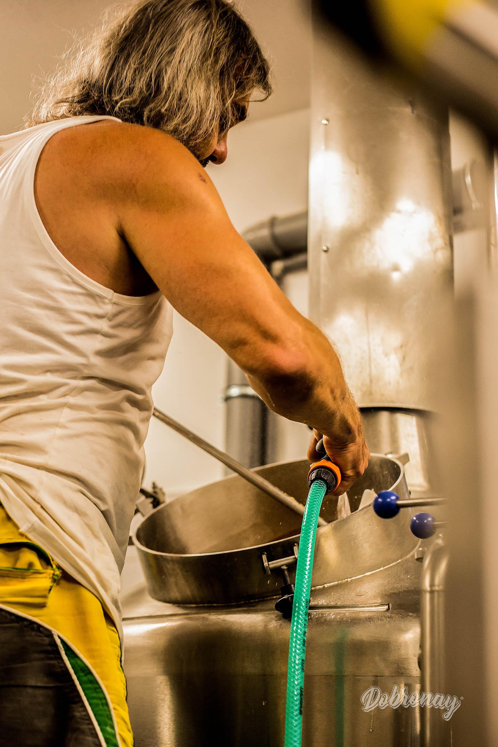 Náš sládok plne sústredený na svoju prácu s cieľom dopriať ľuďom vynikajúce pivko